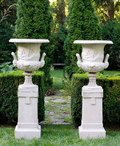 BARBARA ISRAEL GARDEN ANTIQUES - galloway urns on pedestals - Vase Medicis