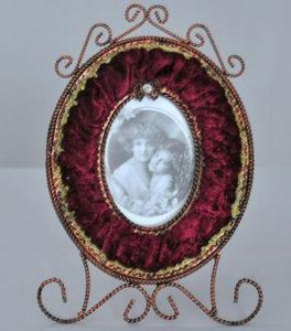 Demeure et Jardin - cadre ovale velours grenat - Cadre