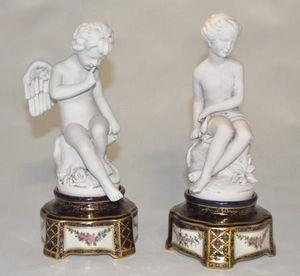 Demeure et Jardin - paire d'amours sur socle sévres bleu - Figurine