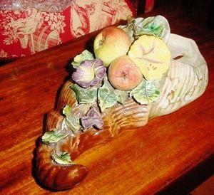 Art & Antiques - bouquetière en barbotine décor de fruits - Wall Mounted Vase