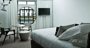 Agence Nuel / Ocre Bleu - piscine molitor - Idea: Habitación De Hoteles