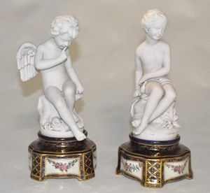 Demeure et Jardin - paire d'amours sur socle sévres bleu - Figurina